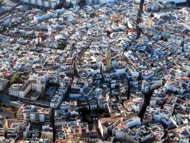 Foto aérea de Estepona con la Torre del Reloj y la Iglesia