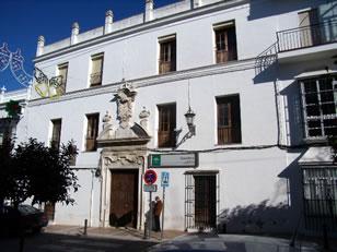 Consultorio El Pósito. Portada de piedra fechada en 1738. Como su nombre indica fue almacén de trigo en el S. XVIII. Dispone de Portada de Piedra fechada en 1.738