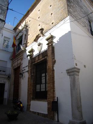 Escuela Graduada Nuestra Señora de las Nieves. Fundado en 1.675. El dintel de su fachada ostenta el Escudo de España y las flores de lis de los Borbones.