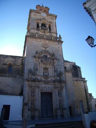 Iglesia de San Pedro. Realizada en el S. XVIII en estilo barroco con la influencia de la escuela arquitectónica Sevillana, son sus autores Manuel Gómez y Pedro de Silva.