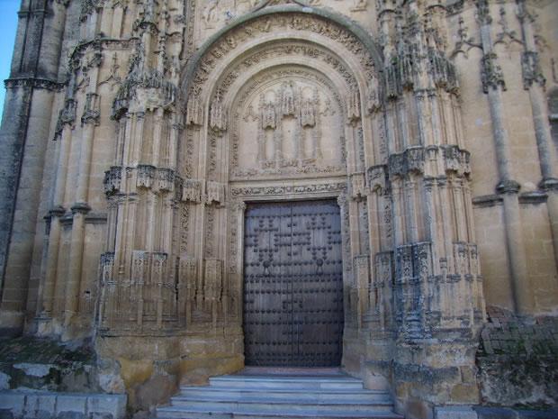 Portada de la Basílica de Santa María. La fachada gótica pertenece a los S. XV al XVIII, destacando en ella el contrafuerte con agujas, pináculos y cresterías truncadas.