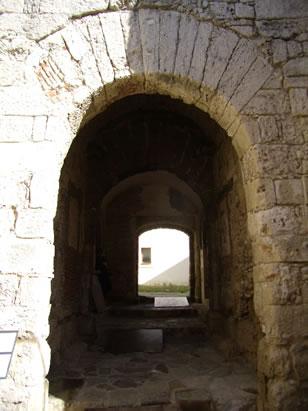 castillo-de-guzman-el-bueno-puerta-de-la-inscripcion