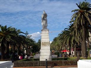Estatua de Guzmán El Bueno - Alonso Pérez de Guzmán El Bueno, héroe castellano que aceptó la muerte de su primogénito antes de entregar la Plaza de Tarifa en el año 1294. Esta estatua es obra del escultor tarifeño Manuel Reine Jiménez.