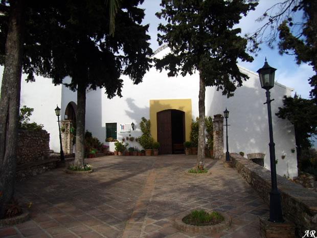 Ermita del Santo Niño. Portada de la ermita, junto al Castillo del Águila, en el pueblo de Gaucín