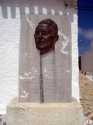 Casa de Salvador Rueda. El poeta Salvador Rueda Santos nació en el pequeño núcleo de población de Benaque, perteneciente al municipio de Macharaviaya de Málaga, el 3 de Diciembre de 1857, fue periodista y poeta precursor del Modernismo Ibérico