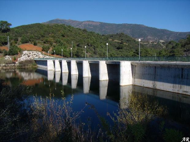 Presa de Guadalmina en el municipio malagueño de Benahavís, en la Costa del Sol de Málaga, embalse de guadalmina, Andalucía