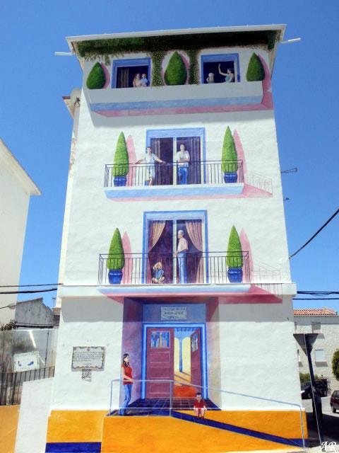 """Mural Artístico """"La casa de la buena gente"""" Barriada Tres Banderas, Estepona - Ruta de Murales Artísticos"""