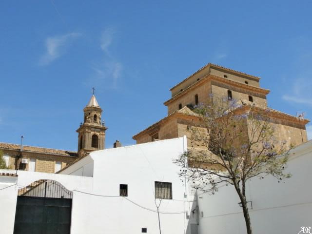 Ermita de San Arcadio - Osuna. Los muros laterales llevan pilastras adosadas que sostienen un entablamento adornado con suntuosas yeserías. En las pechinas de la cúpula aparecen, representaciones, con orlas vegetales enmarcando el escudo de la ciudad de Osuna.