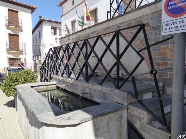 Fuente junto al Ayuntamiento de Ferreira