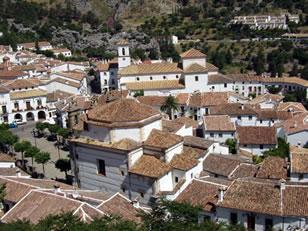 Panorámica de Grazalema donde podemos ver en primer término la Iglesia de Ntra. Sra. de la Aurora, la plaza y el ayuntamiento y la Iglesia de Ntra. Sra. de la Encarnación