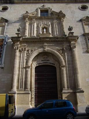 Basílica del Carmen Coronada - Jerez de la Frontera. La portada principal data de 1731. Cuenta con una decoración profusa, destacando los arcos, las pilastras, las columnas corintias y jarrones de piedra. En la hornacina se aloja una imagen de la Virgen del Carmen. 7/11/2010