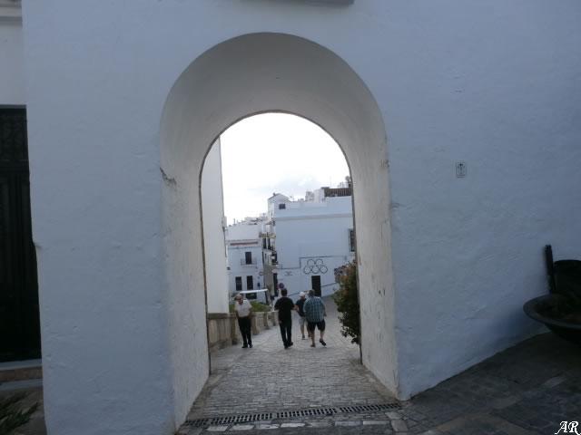 """La conocida como Puerta o Arco de la villa no debió de ser la puerta principal de la fortaleza hasta bien entrado el S.XVI. En la Baja Edad Media y en época musulmana pudo corresponder con la llamada """"puerta de almocaber"""" o puerta del cementerio."""